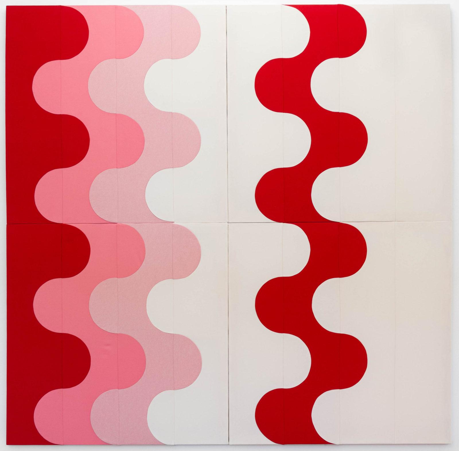 Na obrazie wykonanym z tkaniny widoczne pionowe grube faliste linie w kolorach: czerwonym, różowym, liliowym, białym.