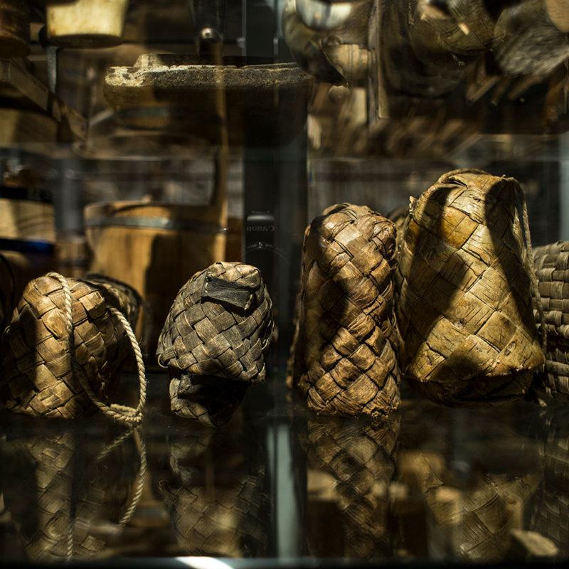 Cztery torby-pojemniki z kory brzozowej, widziane z boku.