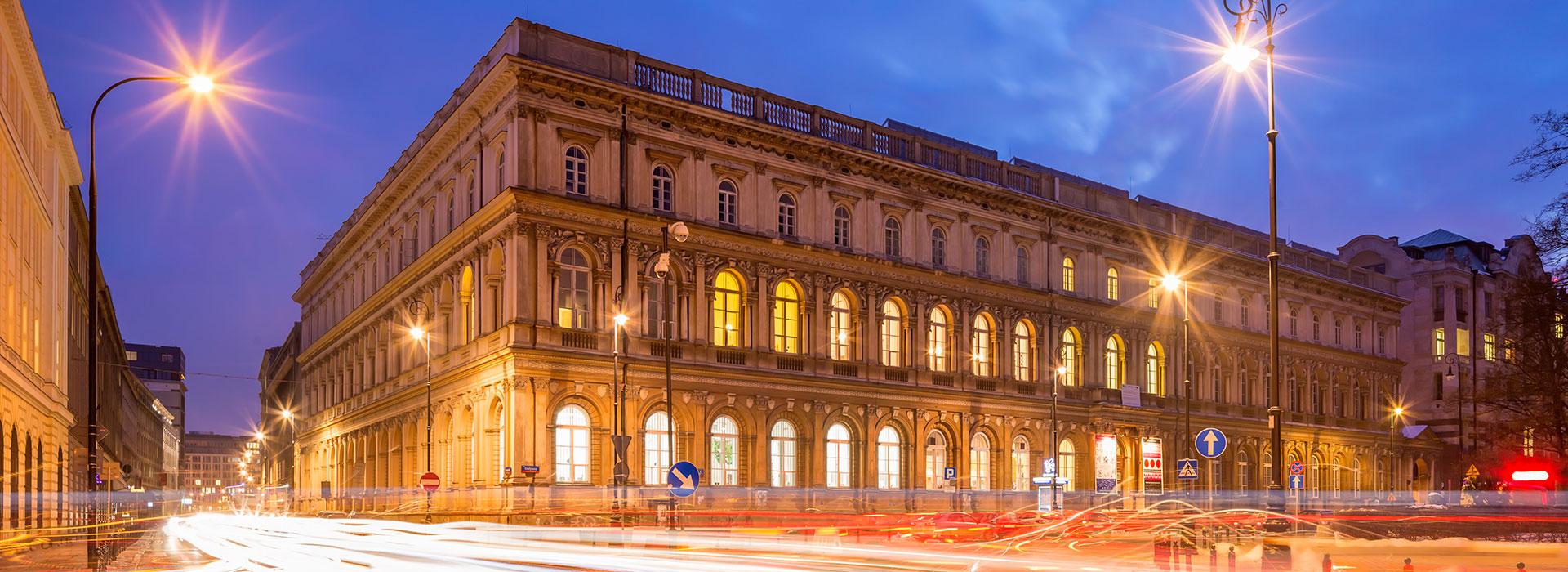 Zdjęcie fasady budynku nocą. Klikając w ten link można przeczytać więcej o czasowym zamknięciu Muzeum.