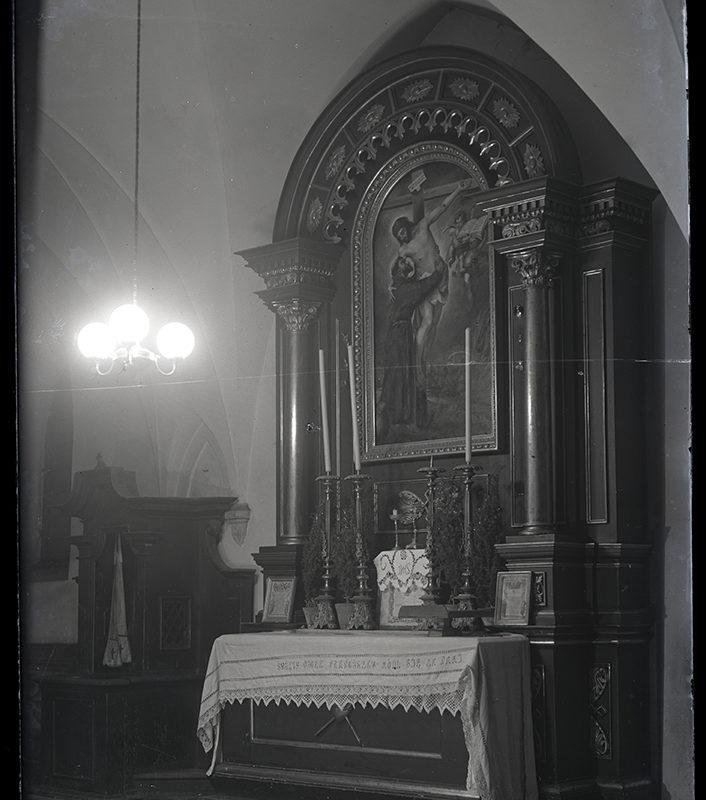 Ołtarz w nawie bocznej wykonany z czarnego marmuru z metalowymi ozdobnymi okuciami i obrazem Chrystusa na krzyżu, który obejmuje św. Franciszka. Na ołtarzu stoją cztery kute świeczniki, z lewej strony ołtarza drewniany konfesjonał.