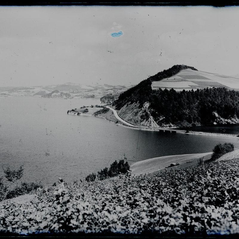 Krajobraz. Widok na zalew Rożnowski i wzgórze_Arch. PME N.4042_8
