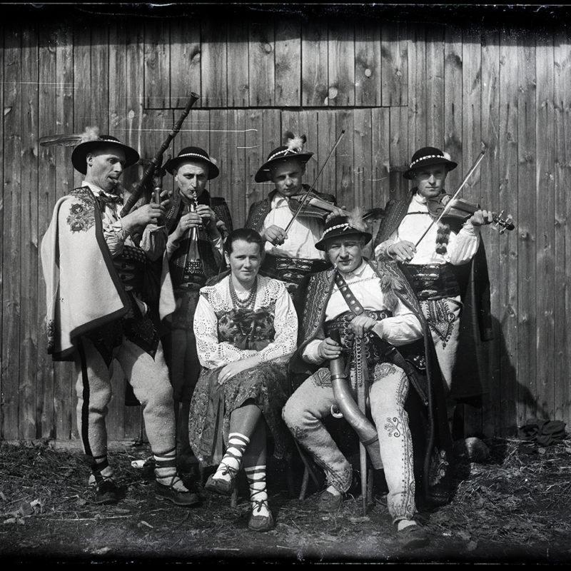 Muzykanci w strojach łąckich i podhalańskich. Zespół Wsi Tworzącej Mieczysława Cholewy (siedzi po prawej) ok. 1947 r. _Arch. PME N.4098_6