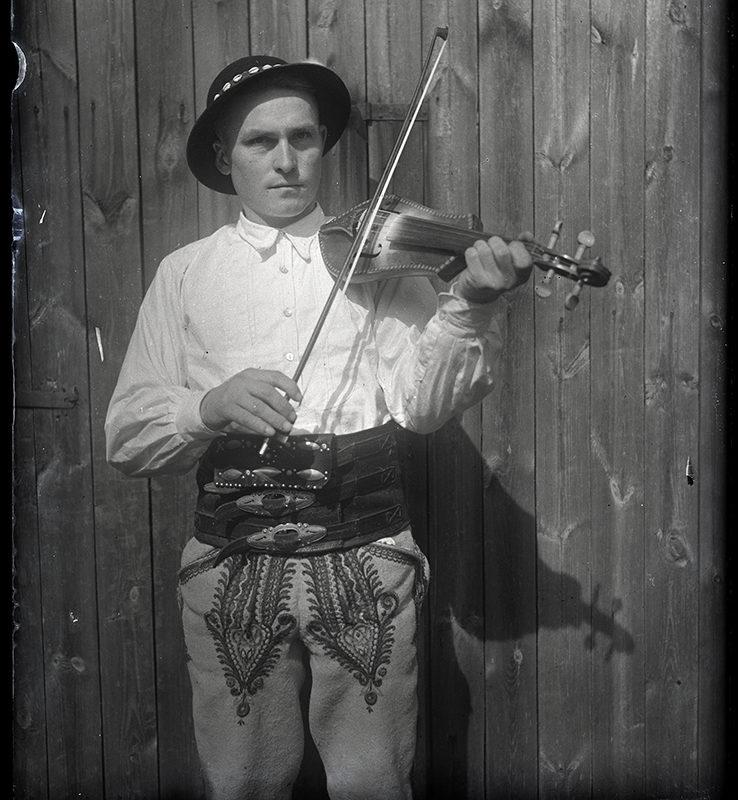 Muzykanci. Franciszek Kurzeja w stroju łąckim grający na złóbcokach_Arch. PME N.4099_5