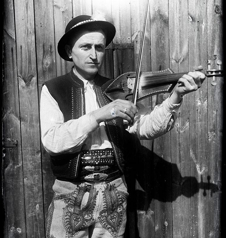 Muzykanci. Franciszek Kurzeja w stroju łąckim grający na złóbcokach_Arch. PME N.4099_9_380