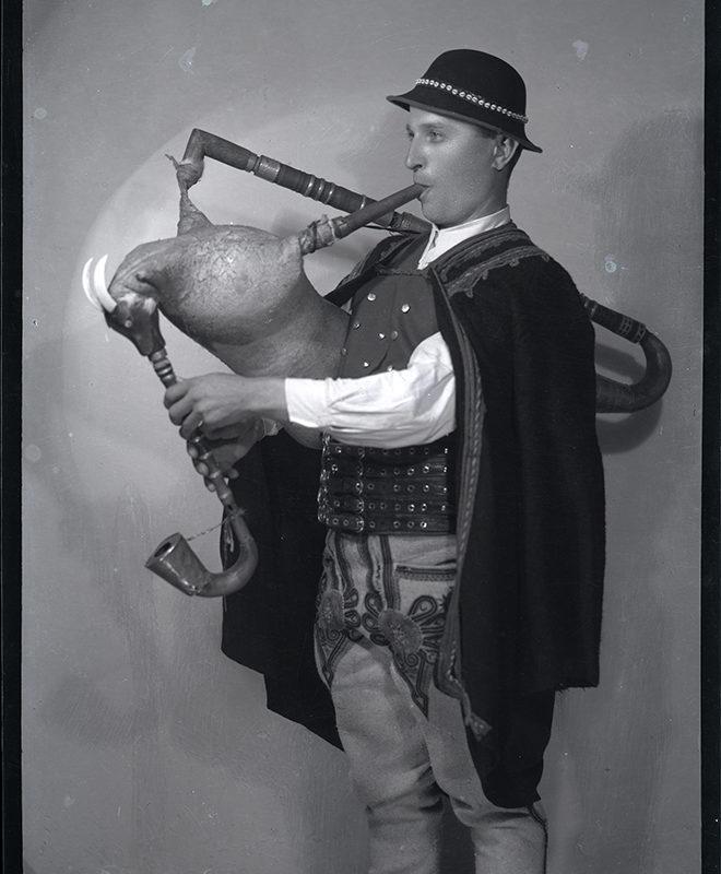 Muzykanci. Franciszek Mrowiec- dudziarz żywiecki_Arch. PME N.4029_6