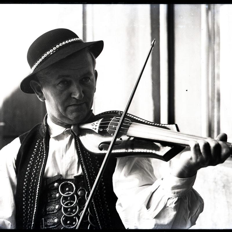 Muzykanci. Józef Zbozień - lutnik grający na złóbcokach_Arch. PME N.4099_11