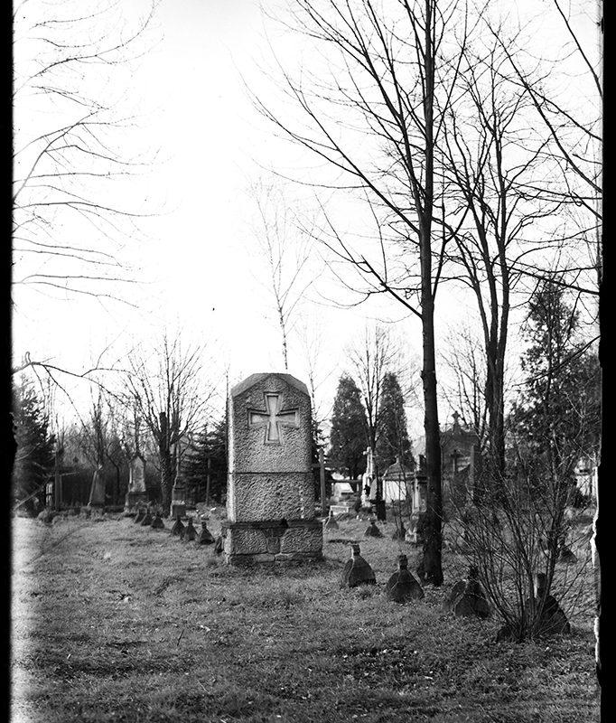 Nagrobki na cmentarzu_Arch. PME N.4130_1