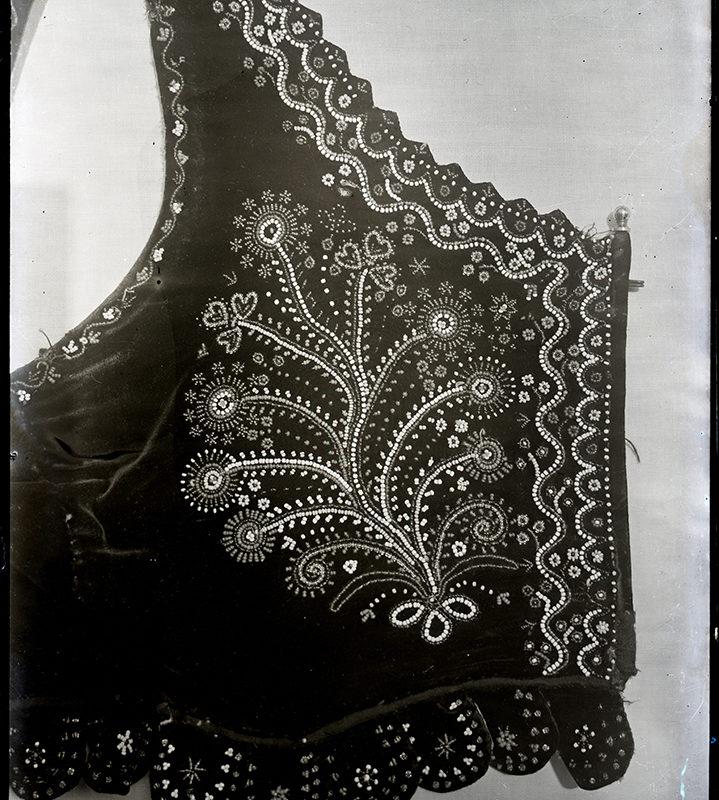 Fragment bogato haftowanego we wzór kwiatowy gorsetu Laszki Sądeckiej