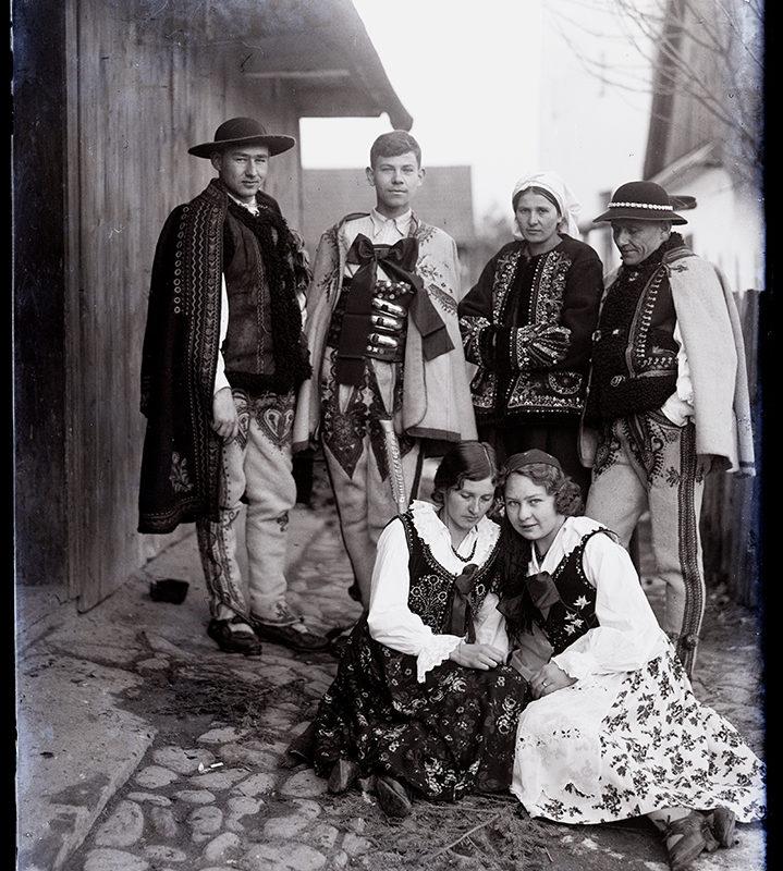 Grupa trzech kobiet i trzech mężczyzn w strojach łąckich, podhalańskich i Lachów Sądeckich