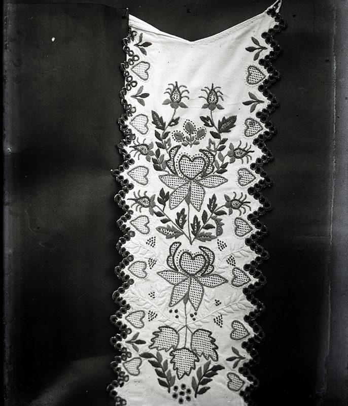 Przód koszuli męskiej Górali Sądeckich haftowany w motyw kwiatowy i serca