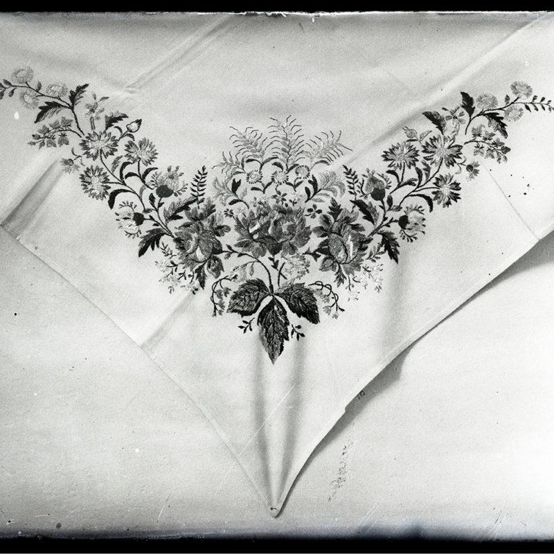 Haftowany we wzór kwiatowy narożnik chustki stroju Góralki Łąckiej