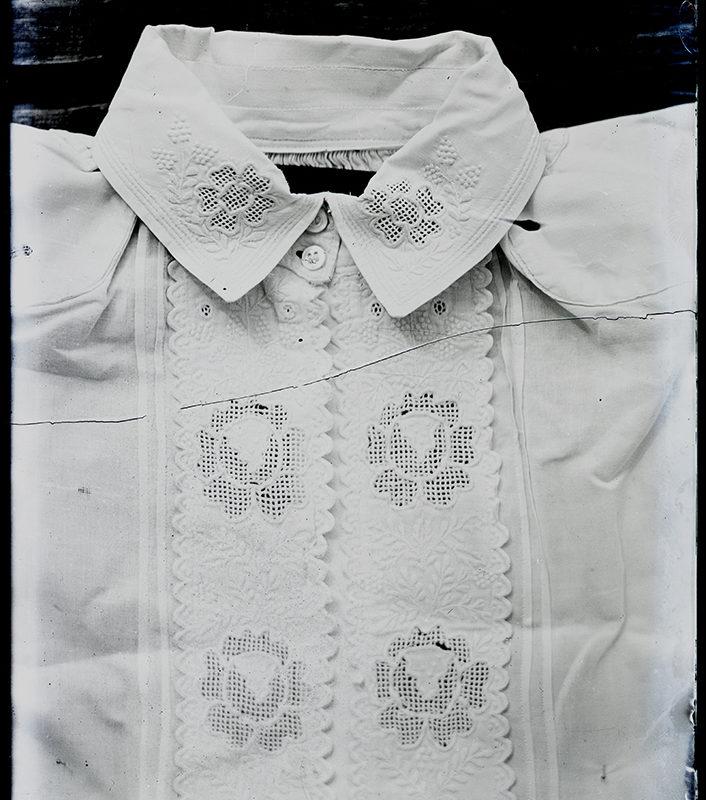 Biała koszula Górali Łąckich - mankiet, kołnierzyk i gors ozdobiony haftem