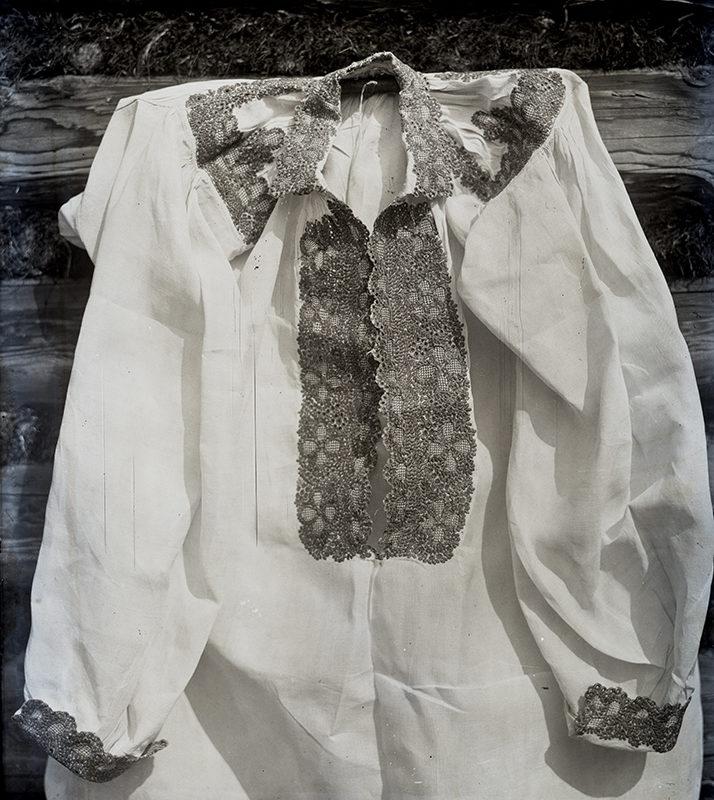 Biała koszula Górali Łąckich haftowana ciemną nicią przy mankiecie, kołnierzyku i gorsie