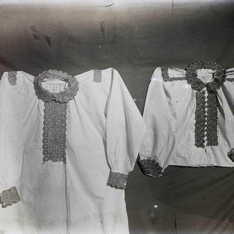 Dwie białe koszule Lachów Sądeckich haftowane ciemną nicią przy mankiecie, kołnierzyku i gorsie