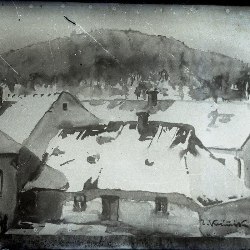 Reprodukcja akwareli, przedstawiająca zabudowę małomiasteczkową okolic Nowego Sącz. Na pierwszym planie fragment jednokondygnacyjnego, niskiego domu z dachem dwuspadowym przykrytym śniegiem i fragment płotu. Z tyłu zarys kolejnego ośnieżonego dachu, na trzecim planie zalesiony pagórek.