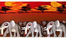 Obraz będący przykładem malarstwa Tinga Tinga. Na tle zachodzącego na czerwono słońca widzimy trzy wędrujące przez sawannę słonie.