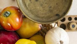 Kolorowe zdjęcie wagi i sztucznych warzyw z perspektywy od góry.