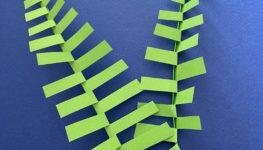 Zdjęcie uproszczonej wycinanki w kształcie leśnej paproci.
