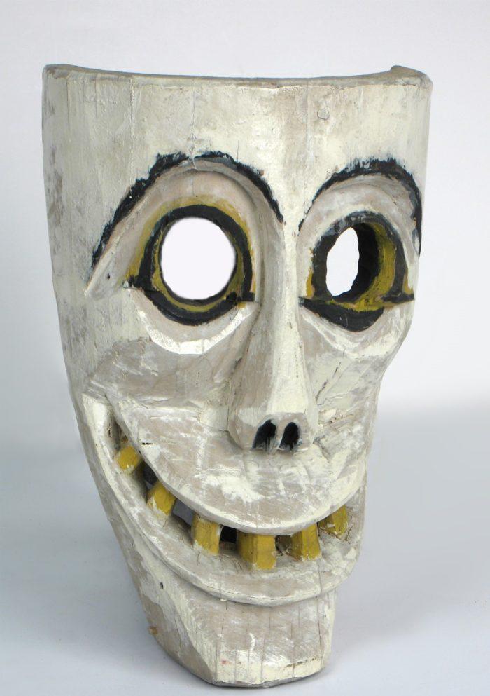 Drewniana maska śmierci pochodząca z Górnego Śląska wykorzystywana przez Dziadów Żywieckich. Jest to biała maska, z wyciętymi na oczy okrągłymi otworami, smukłym nosem i szerokim uśmiechem z żółtymi zębami postaci.