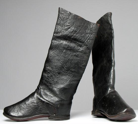 Zdjęcie butów, tak zwanych tyszowiaków, z kolekcji Państwowego Muzeum Etnograficznego.
