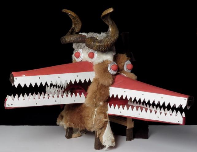 Maska bułgarska, karnawałowa łącząca trzy postaci z trzema paszczami. Na czubku ma zakręcone rogi.