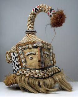 Maska hełmowa królewska afrykańska ze skóry, ozdobiona koralikami, muszelkami kauri, wykonana ze skóry i rafii.