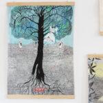 """Zdjęcie kolorowe rysunku, na którym widnieje drzewo. Możemy zobaczyć zarówno część znajdującą się pod ziemią - korzenie, jak i koronę. Rysunek stanowi element scenografii wystawy dla dzieci i dorosłych """"Eureka, czyli odkrywam""""."""