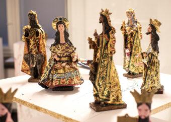 Sześć postaci ludzkich umieszczonych na białej podstawie. Wszystkie ubrane w kolorowe, barokowe szaty