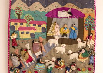 Wielopostaciowe przedstawienie w formie materiałowego kobierca. Postacie ludzkie ubrane w stroje Indian Quetchua