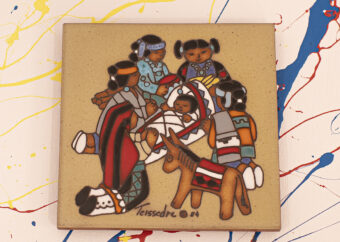 Kafelek umieszczony na biały tle z kolorowymi akcentami barwnymi. Na kafelku pięć klęczących postaci ludzkich z dzieckiem. Całość utrzymana w estetyce z Ameryki Południowej
