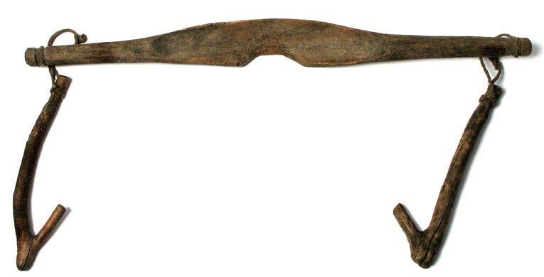 Nosidła do noszenia wody drewniane, profilowane, z uchwytami- kulkami zawieszonymi na sznurkach