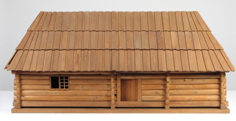 Zdjęcie przedstawiające model drewniany chaty lubelskiej z bali, z dachem dwuspadowym, krytym deszczułkami, wykonanej w 1955