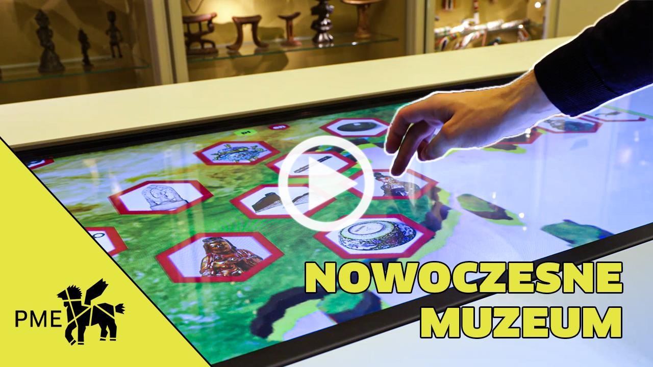 Zdjęcie pokazujące interaktywny stół na wystawie stałej. Zdjęcie jest linkiem do filmu pokazującego wyniki inwestycji w muzeum.