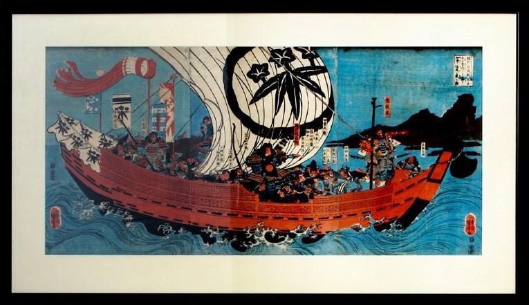 Japoński drzeworyt w ramie. Grafika przedtawia żaglowie z załoga włynący żaglami pełnymi wiatru, co wskazuję na dynamikę sceny..