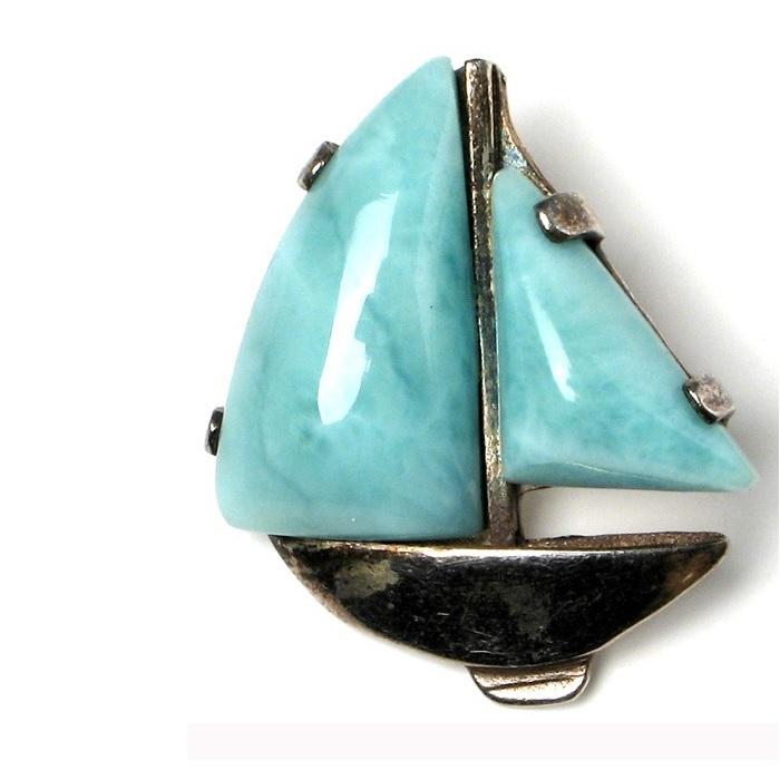 Wisior w kształecie żaglowca. Żagiel z niebieskiego kamienia larimaru występującego tylko na Dominikanie, maszt i kadłub ze stopu metali.