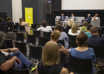 Widok na salę kinową PME oraz na uczestników i prowadzących spotkanie.