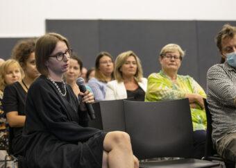 Na zdjęciu osoba z publiczności zadaje pytanie Marszałkowi Adamowi Struzikowi.